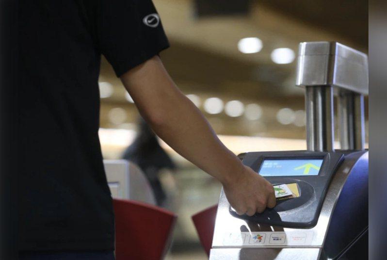 雙北聯合推出「1280元吃到飽月票」,台北市長柯文哲自爆,有人月票坐到1萬元,要求局處調查軌跡。圖/聯合報系資料照片