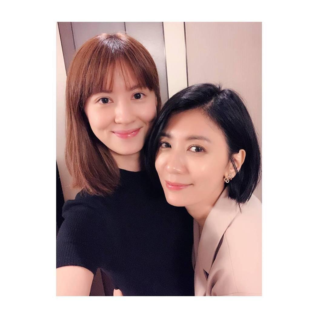 林予晞(左)在聚會中與飾演姊姊的賈靜雯合照。圖/摘自臉書
