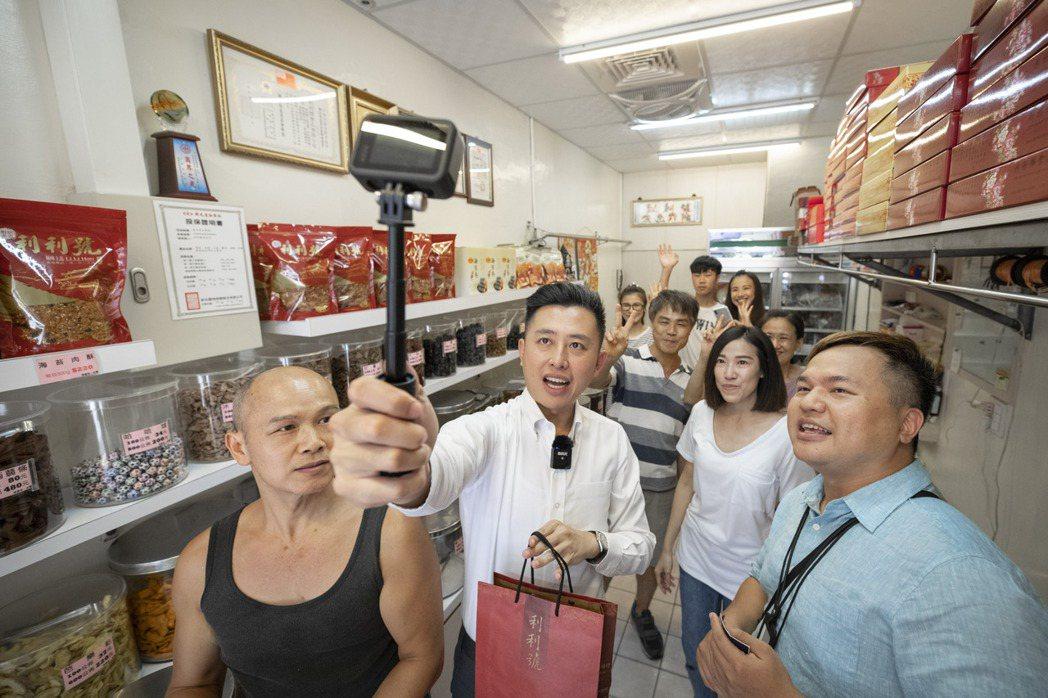 新竹市長林智堅化身網紅,以gogoro自拍直播,公開他的美食口袋名單。首站至從小...