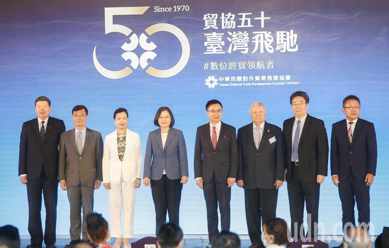 外貿協會下午在台北國際會議中心舉行50週年紀念茶會,蔡英文總統(左四)會後跟出席貴賓一起合影。記者鄭超文/攝影