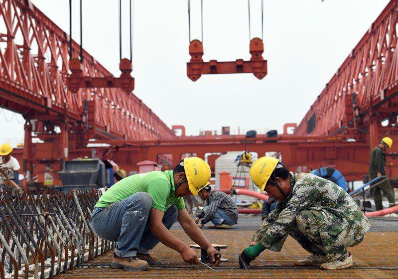 圖為大陸國道207河南孟州黃河大橋,在疫情之下積極趕工興建。(新華社)
