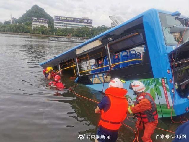 貴州省安順市一輛載有學生的公車一頭撞上道路護欄,衝進虹山水庫。央視新聞