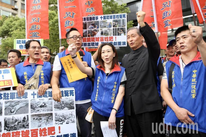 統促黨總裁張安樂(右二)率衆到日本交流協會遞交抗議書,要求美國撤出琉球,防止二戰時悲劇重演。記者林俊良/攝影