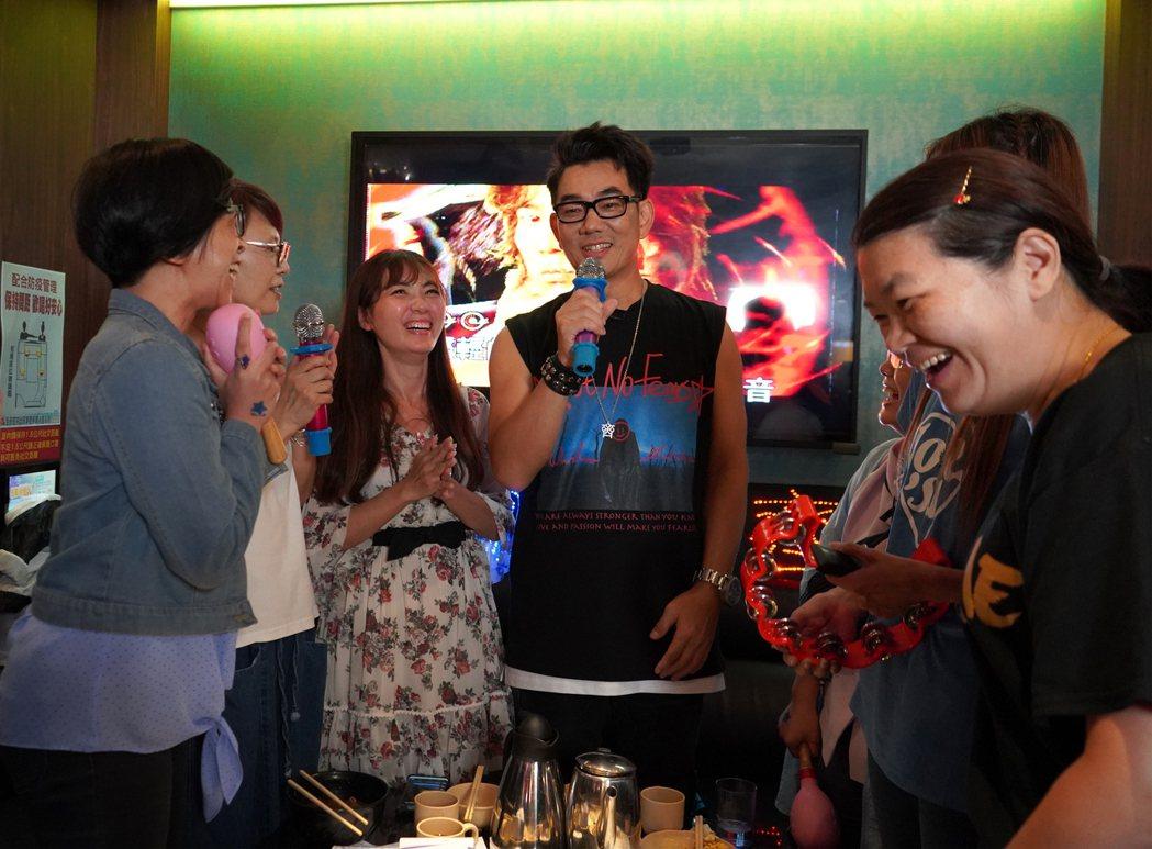 任賢齊(中)闖進KTV,讓粉絲相當驚喜。圖/蝦皮購物提供