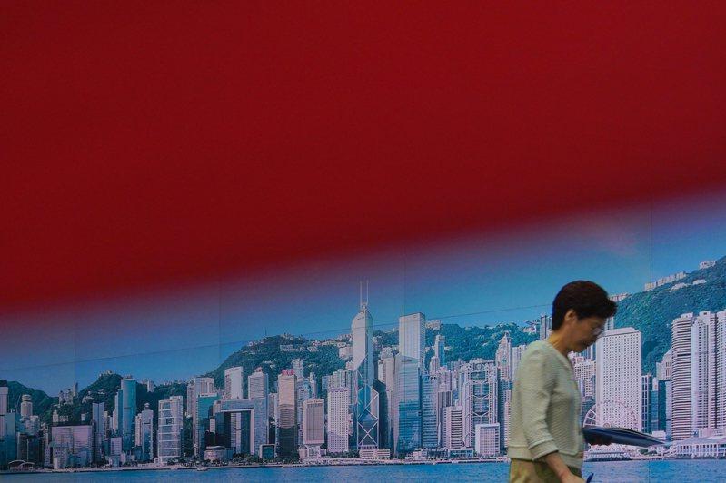 香港特首林鄭月娥7日開完記者會後離去。(美聯社)