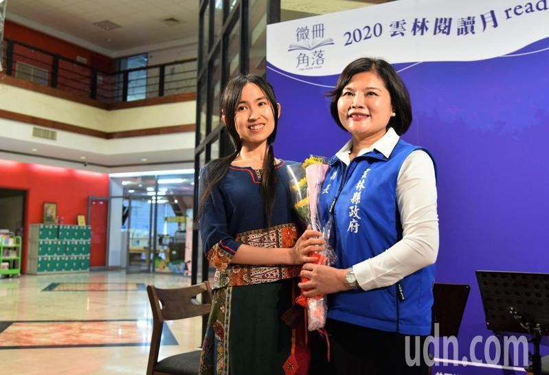 雲林縣長張麗善(右)獻花予「公益女孩」沈芯菱,並邀請她為「青少年閱讀大使」代言,鼓勵全台12歲至18歲青少年參加徵選,一起推廣閱讀。記者陳苡葳/攝影