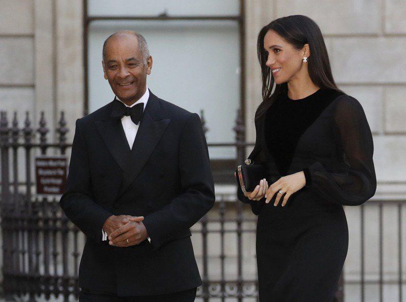 被點名的英國大倫敦區郡長歐利薩爵士(左)與英國王室關係密切。圖為歐利薩爵士2018年與哈利王子的妻子梅根一起出席活動。美聯社