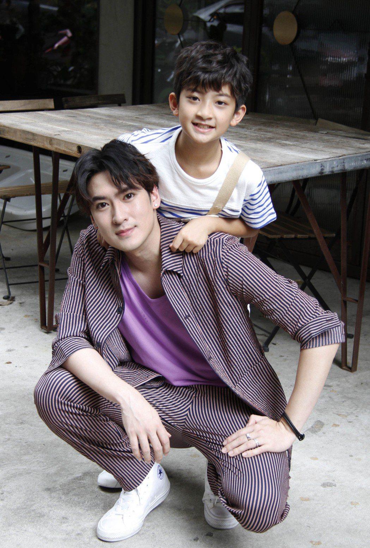 達騰娛樂新簽下11歲小童星葉小毅(後)由同是童星出身的師兄沈建宏擔任經紀人。圖/...