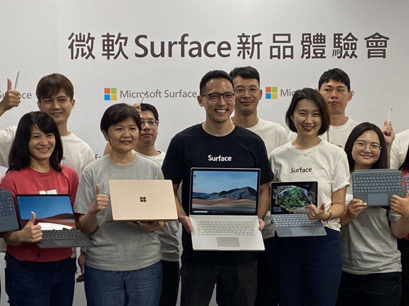 台灣微軟今天發佈新款Surface系列產品,總經理孫基康(中)看好疫情帶動台灣數位轉型的商機。記者蕭君暉/攝影