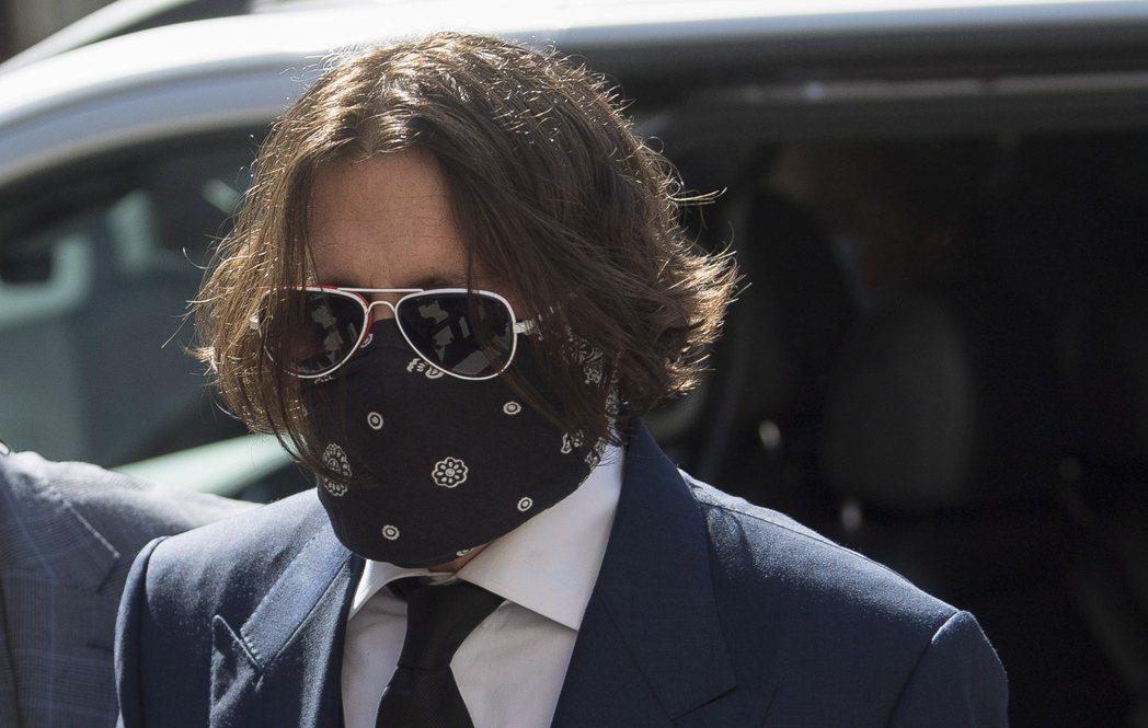 強尼戴普前往倫敦高等法院針對控告「太陽報」出庭。(歐新社)