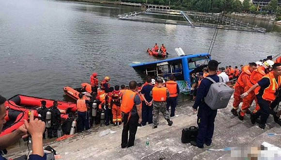 大陸貴州安順市7日一輛公車突失控爆衝進水庫,造成數十人傷亡。(圖/取自界面新聞)