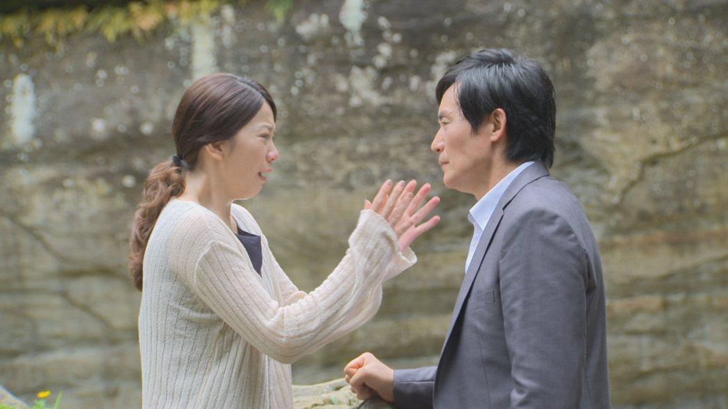 霍正奇(左)、廖苡喬演出「多情城市」戲中,到「龍萍戀」當年定情地相認。圖/民視提...