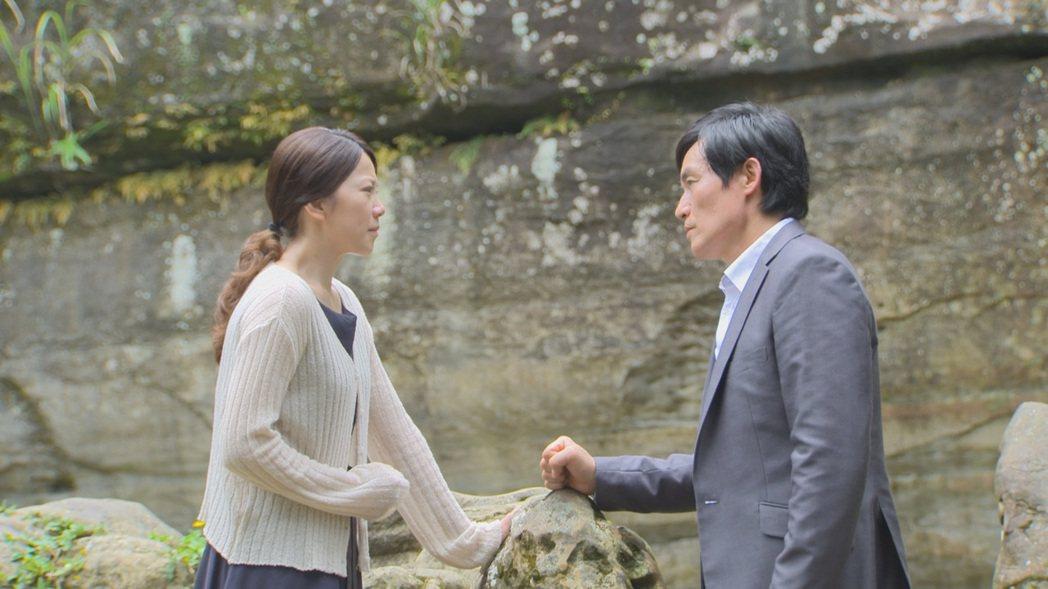廖苡喬(左)、霍正奇演出「多情城市」戲中,到「龍萍戀」當年定情地相認。圖/民視提...