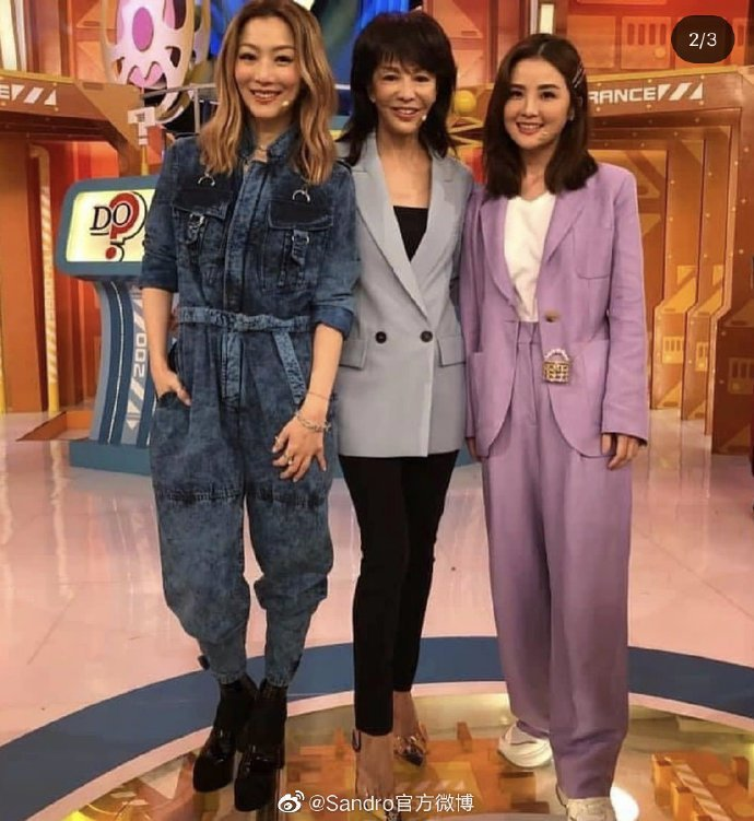 阿Sa蔡卓妍(右1)身穿sandro春夏亞麻西裝。圖/取自微博