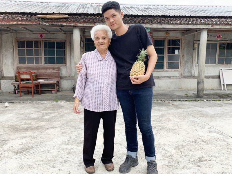 台東市22歲青年吳金玉因參與台東縣文化處推動的「鹿野文創聚落發展計畫」巧遇鹿野鄉的92歲老奶奶吳金玉。記者羅紹平/攝影
