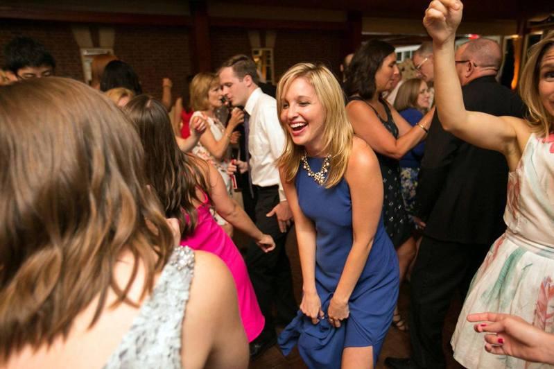 格蘭茲創辦Bridesmaid for Hire,提供職業伴娘服務。圖/擷自Bridesmaid for Hire臉書