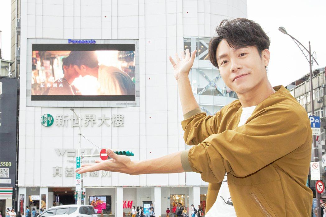 韋禮安悄悄現身西門町,透過超大銀幕看MV首播。圖/The Orchard提供