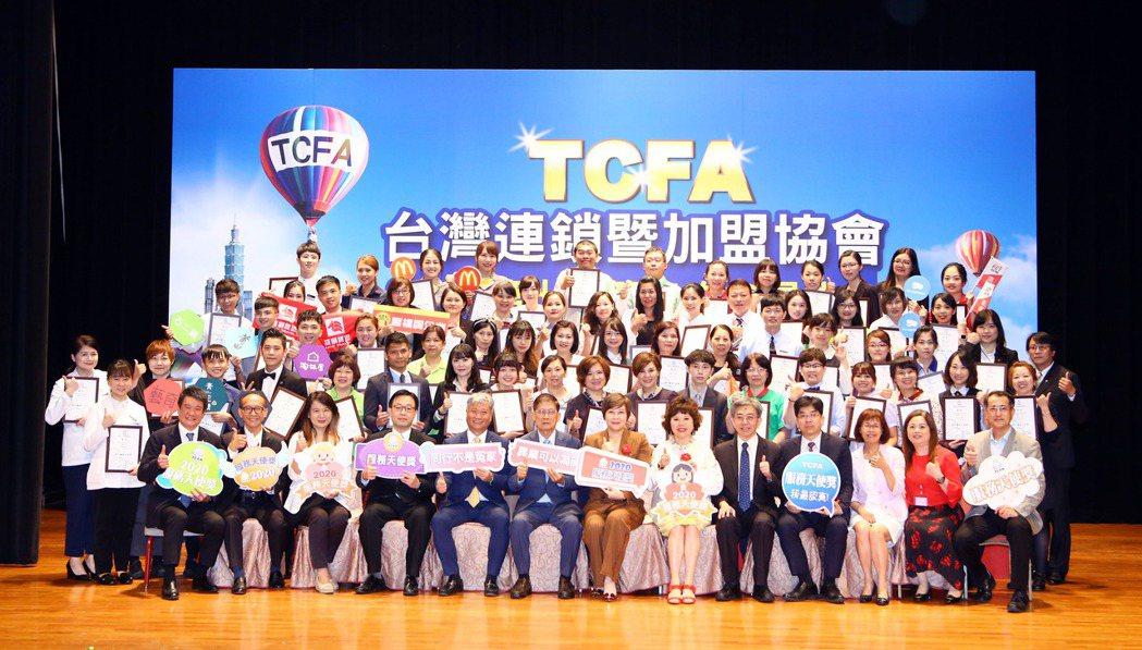 台灣連鎖暨加盟協會7日表揚63位績優服務人員,不少是門市服務人員,也有支援門市營...