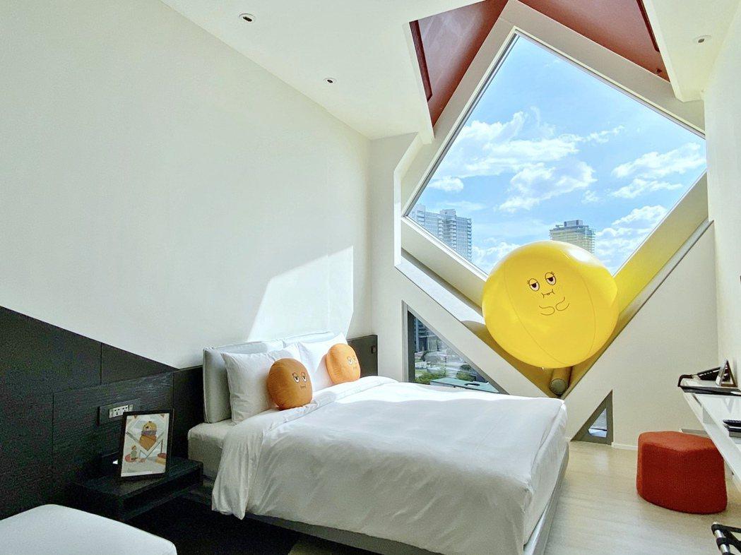 大毅老爺行旅將擁有大面窗景的星光系列客房,以「阿尼」、「阿梨」兩隻怪獸置入其中,...