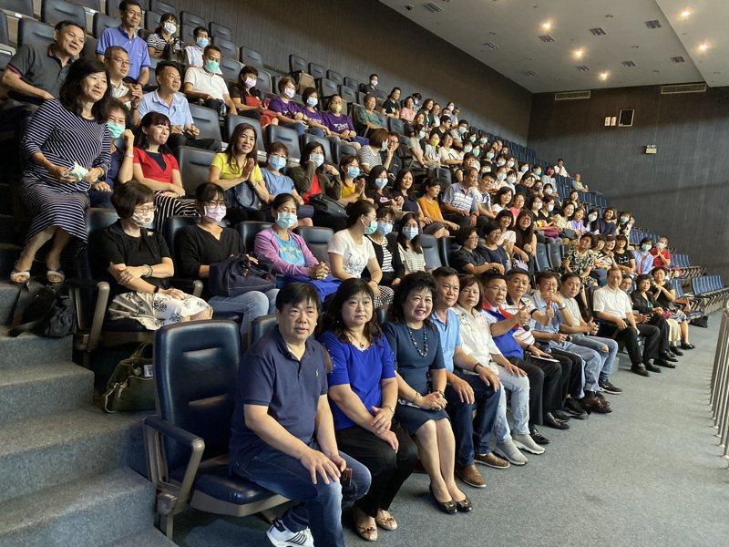 台南市政府制定「台南市兒童及少年保護自治條例」草案,昨天在議會進行二讀審議,近百名幼教業者、老師昨天到台南市議會旁聽議案審查進度。記者鄭維真/攝影