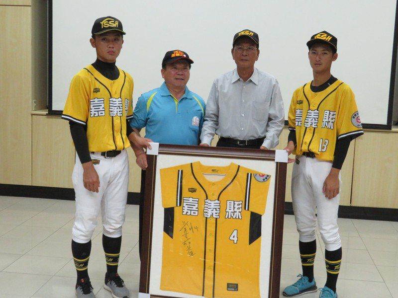 80歲棒球界名人、台北同發建設公司董事長廖敏雄(右二)到東石高中贊助棒球隊百萬元,由校長楊長鉿(左二)代表接受。記者魯永明/攝影