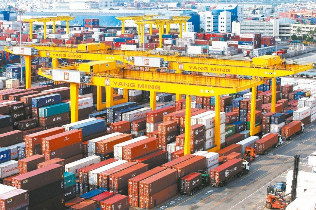 財政部昨天公布6月出口規模271.3億美元,年減3.8%,是「連四黑」。(本報系...