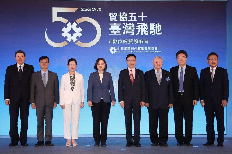 外貿協會舉行50周年慶祝茶會,出席者包括貿協秘書長葉明水(左起)、國貿局局長陳正...