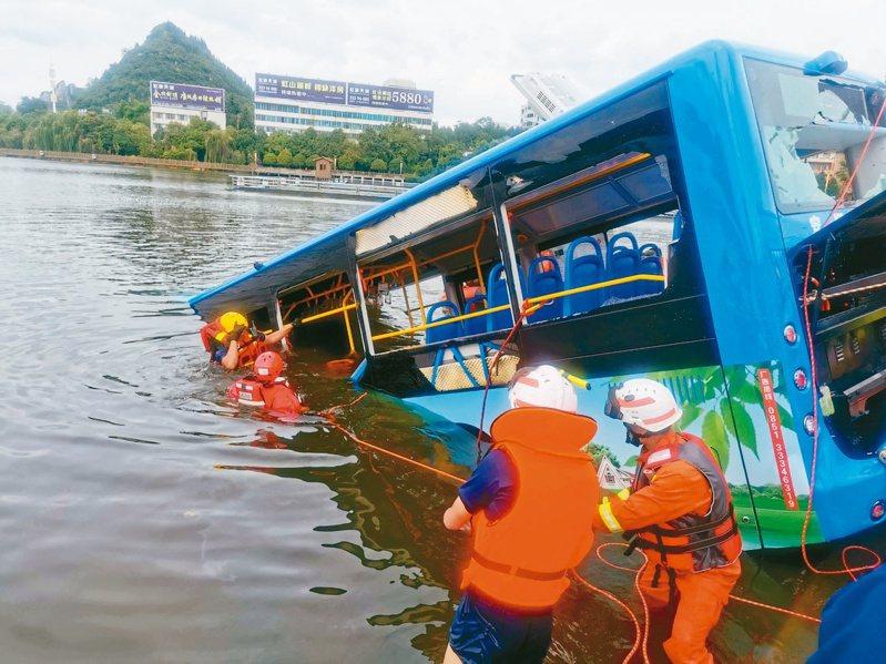 貴州七日發生公車突然衝入湖中的重大事故,造成至少廿一人死亡。 (路透)