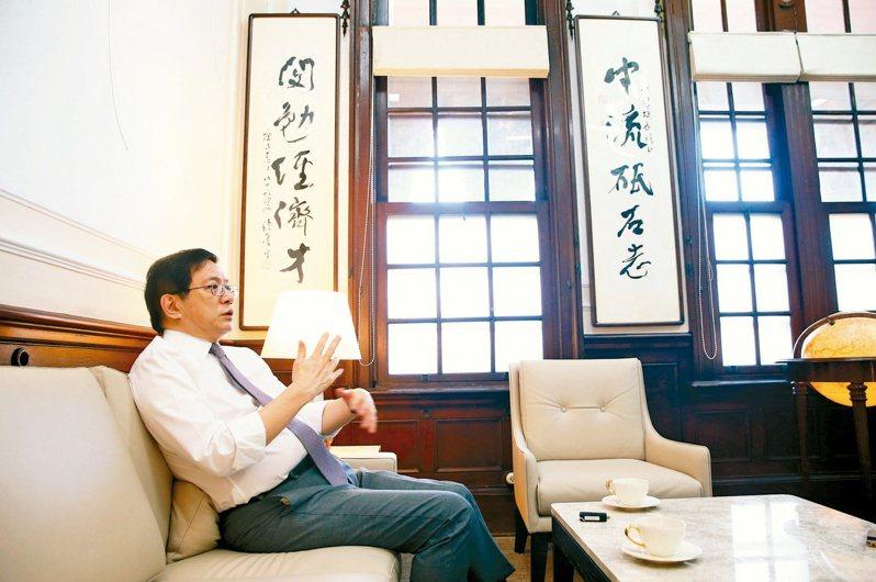 台大校長管中閔的辦公室掛著許多字帖,還有以他名字所作的對聯。記者杜建重/攝影
