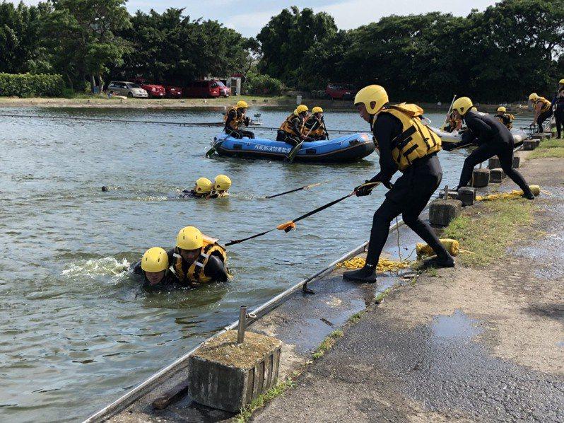 桃園市消防局近日加強池塘、海邊、溪流防溺演練,保障民眾夏季戲水安全。記者曾增勳/翻攝