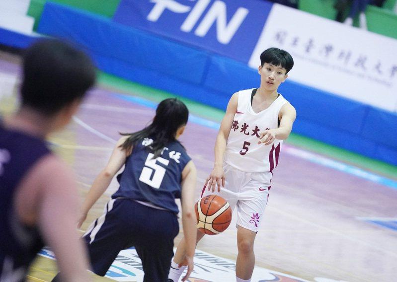去年拿到UBA公開女一級新人后、助攻后和MVP的陳孟欣繳交報名表。 圖/大專體育總會提供(資料照)