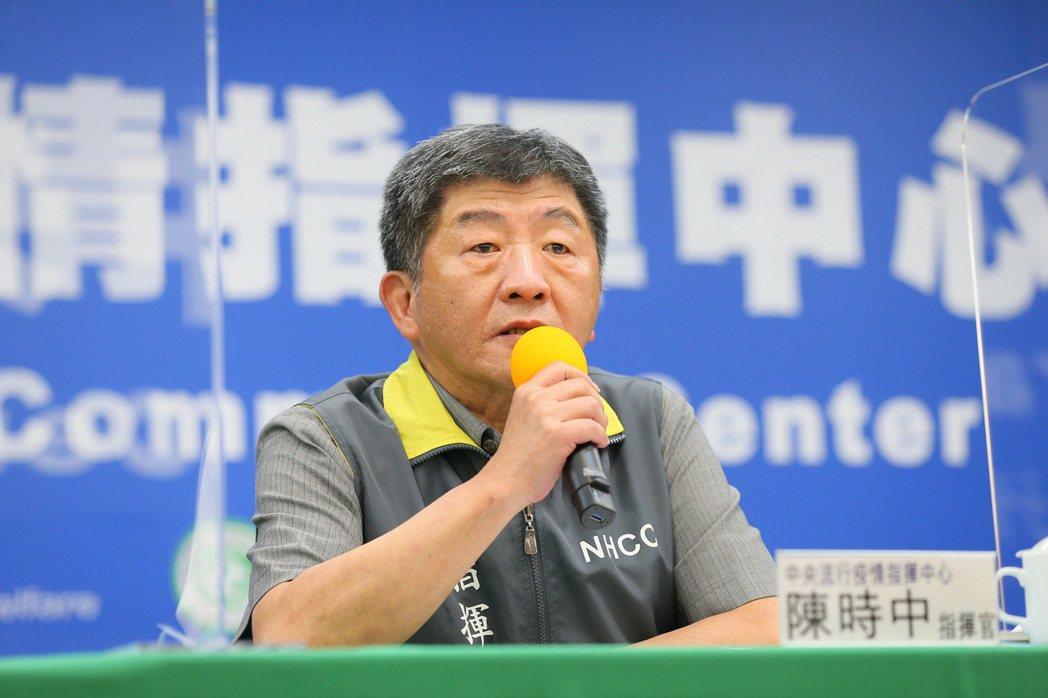 指揮中心指揮官陳時中表示,發現民眾個人防線逐漸鬆懈,不排除調整政策強度可能性。圖...