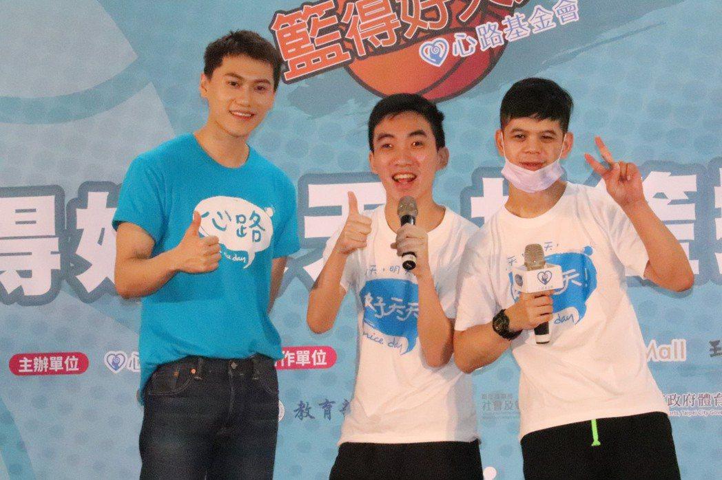 邱宇辰(毛弟,左)第3年擔任心路基金會愛心大使,陪伴身障者打籃球。記者胡瑞玲/攝...