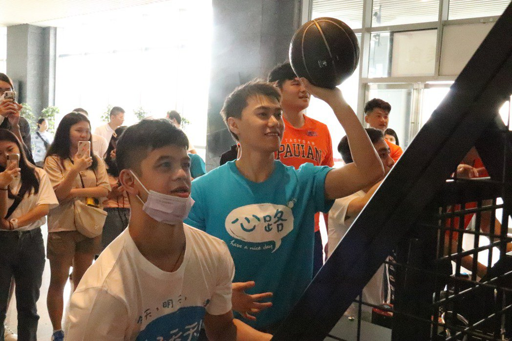 邱宇辰(毛弟)現場還與障礙青年小祺一起玩籃球機。記者胡瑞玲/攝影
