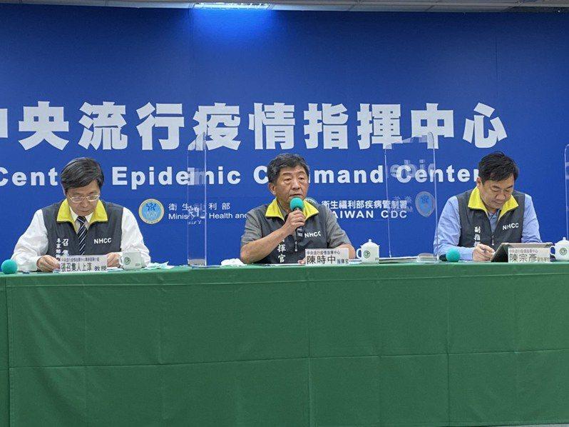 中央流行疫情指揮中心指揮官陳時中今天說,民眾應該更警覺,社交距離、戴口罩的規定暫時不會修正。聯合報系記者簡浩正/攝影