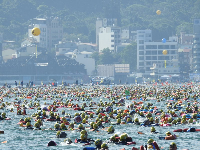 日月潭萬人泳渡9/27登場,圖為去年比賽盛況。 報系資料照