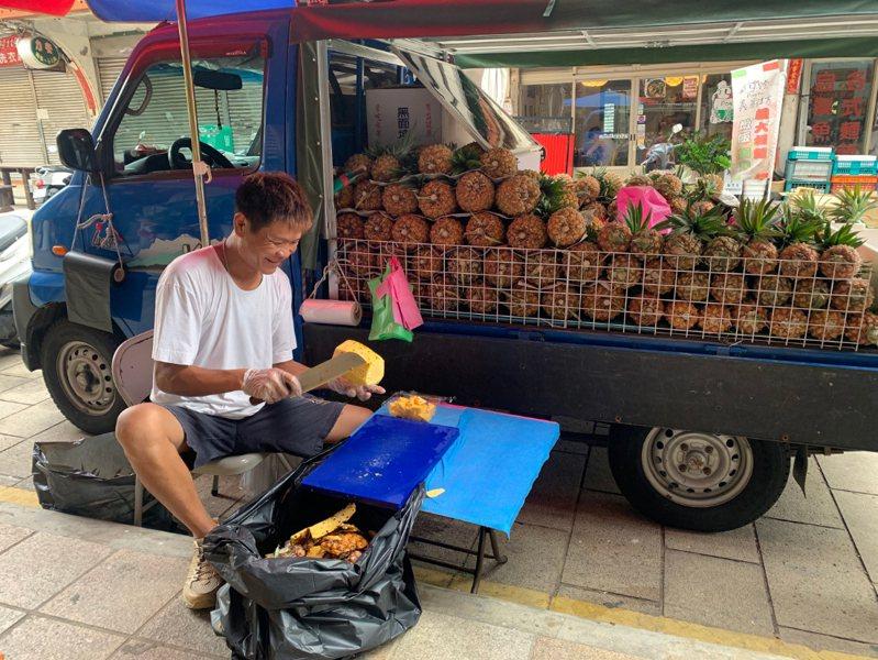 台灣鳳梨果農沈立盛有機農法種植鳳梨2年,一直以來都是自產自銷;他曾在馬祖當兵,知道馬祖水果稀少,為了與馬祖當地人分享這份酸甜美味,特地親運鳳梨到馬祖,邊旅行邊賣鳳梨。 中央社