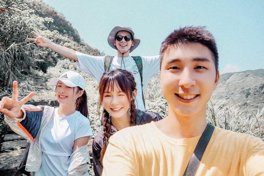 吳心緹與胡釋安與朋友出遊,合照時兩人常會貼在一起。 圖/擷自吳心緹IG