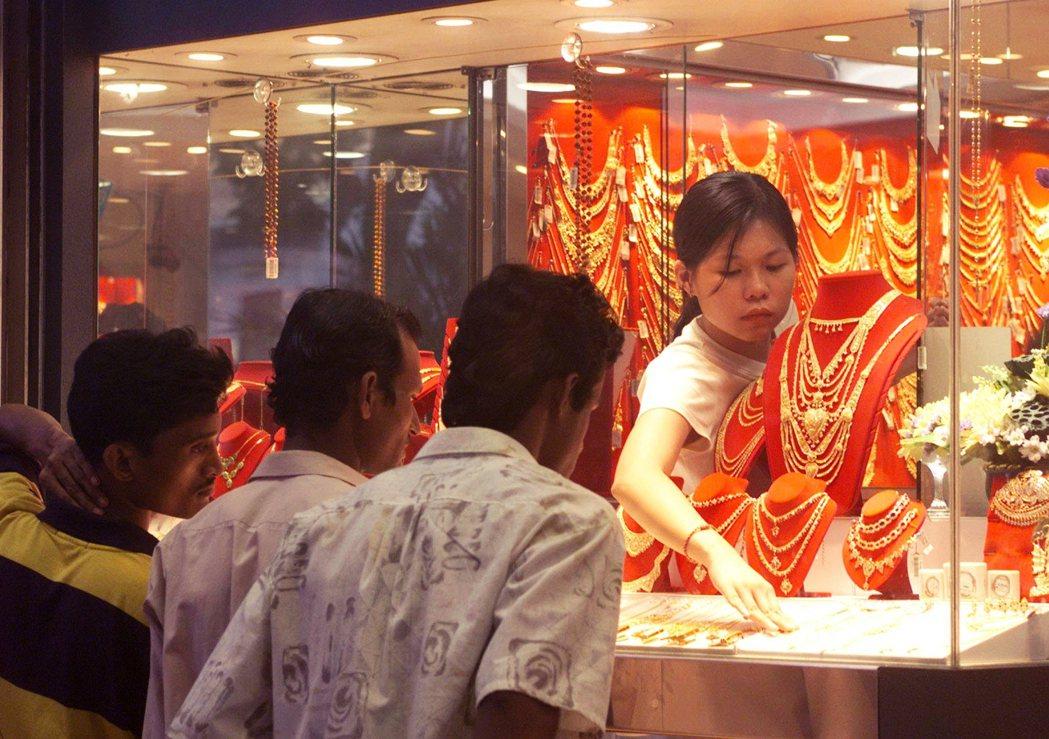 新加坡政府長年以來刻意抹除人口與權力結構上的不對等,將三大種族形塑為彼此完全平等...
