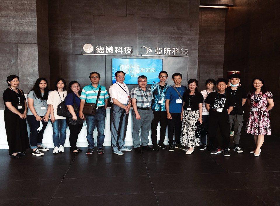 龍華科大化材科與德微/亞昕科技合作,邀請五專學子、家長及師長參觀公司及座談。龍華...