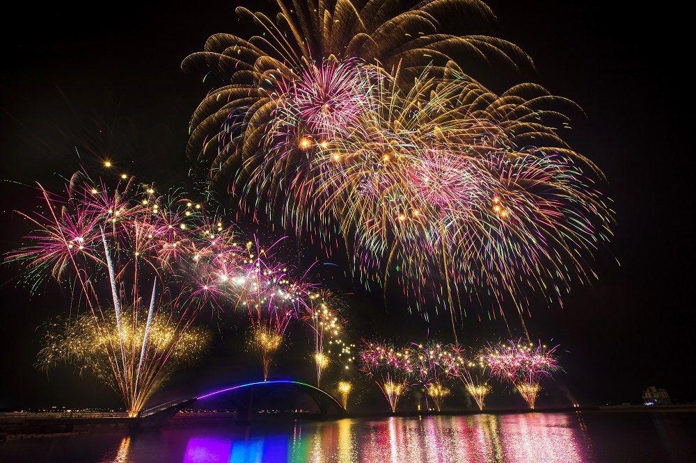 一年一度的澎湖國際海上花火節現正展開,也使澎湖成為國人離島旅遊首選。業者/提供