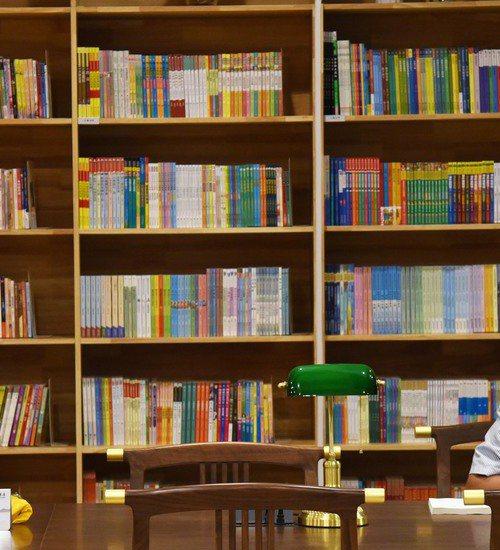 原PO回憶小時候,記得書櫃最上層好像有一些「很厲害的書」,真相卻讓她很崩潰。圖為示意圖。新華社