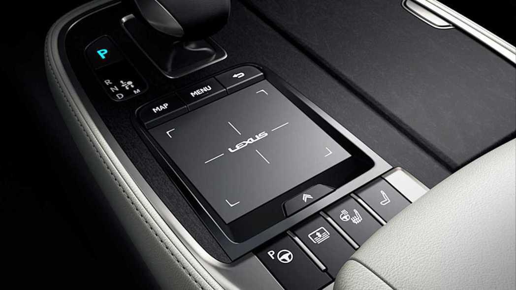 小改後的LS將方向盤、座椅加熱等功能鍵移至中央鞍座上。  摘自Lexus