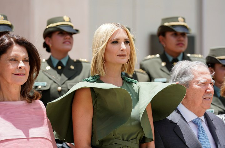 美國第一千金伊凡卡曾經穿過一件洋裝,強風吹來遭媒體笑像「傘蜥蜴」。路透