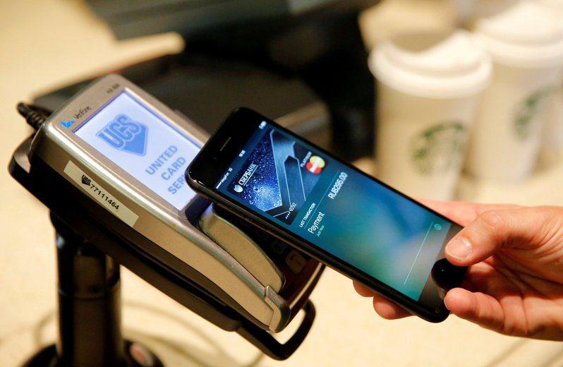 圖為一名iPhone用戶使用Apple Pay付款畫面。路透
