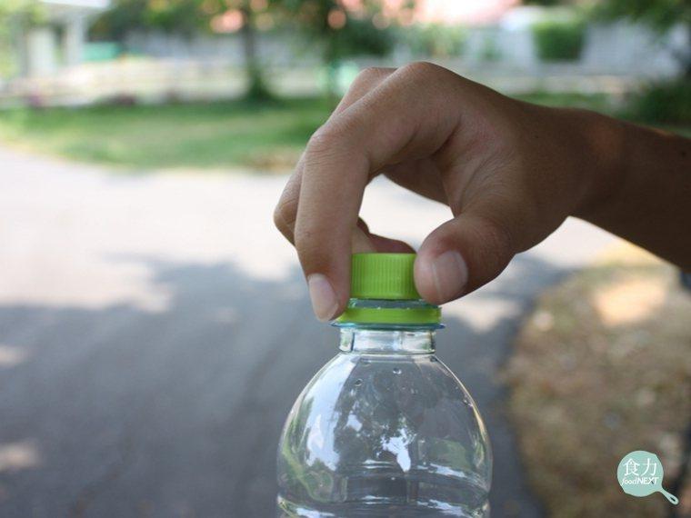 即使是轉開塑膠瓶蓋,也會產生微量的塑膠微粒。 圖片提供/食力