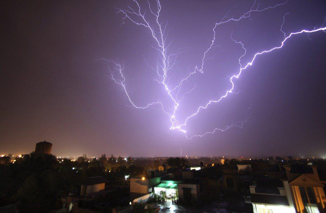 《BBC》的統計顯示,平均每年全印度就至少有2,000人以上死於閃電,2017年...