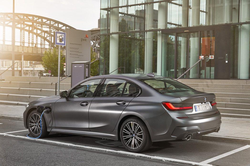 新世代BMW 330e Sedan插電式油電混合車。 摘自BMW