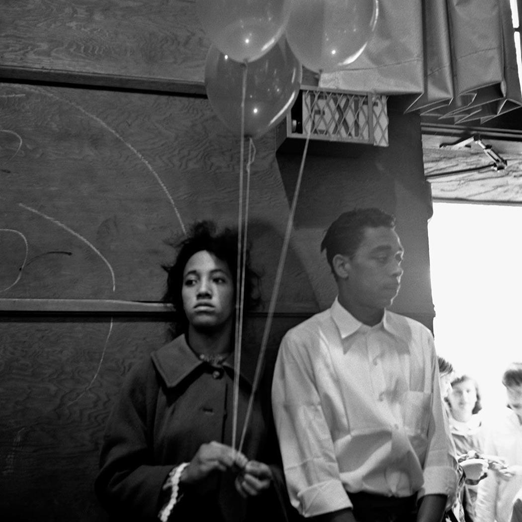 Undated|Vivian Maier生平總是拒絕他人的親近,但卻可以從作品中...