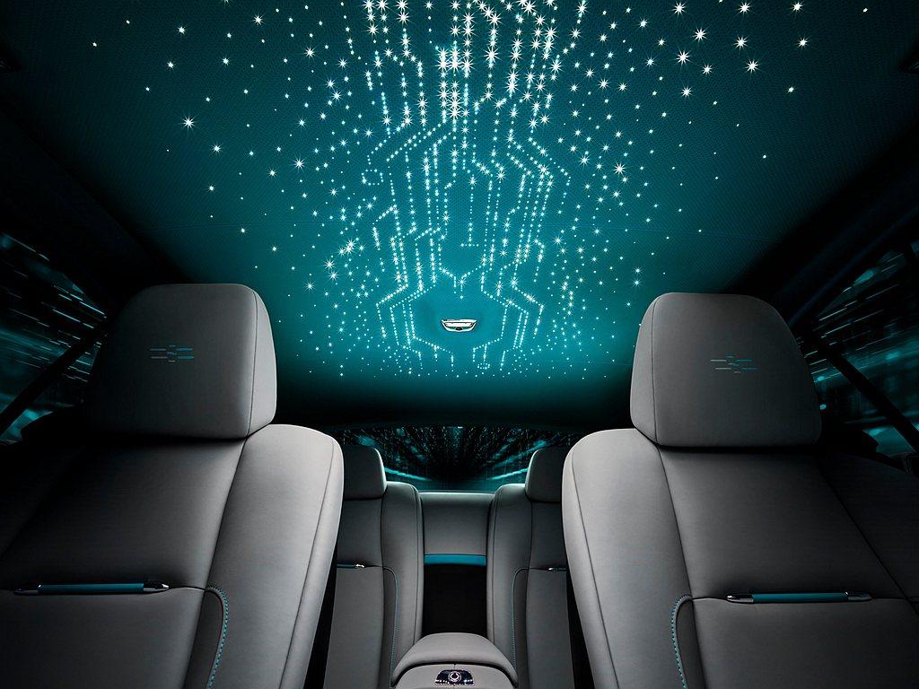 勞斯萊斯Wraith「隱匿之鑰」特別版車型獨有的雙色星光頂,展現出充滿資料神秘魅...
